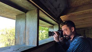 Fred qui prend des photos depuis l'observatoire au parc ornithologique du Teich